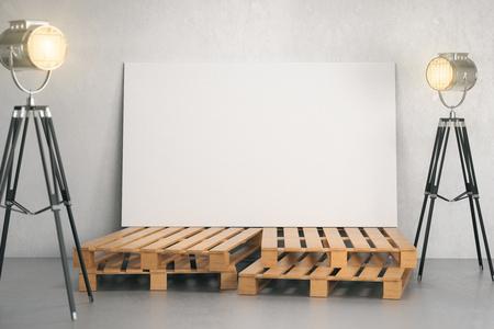 Concreet intertior met lege witte banner op houten stappen en professionele verlichtingsapparatuur. Fotostudio, galerij en beursconcept. Bespotten, 3D-rendering Stockfoto