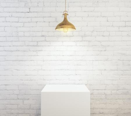 ランプで照らされた白いレンガ壁背景に空の表彰台。製品コンセプト。モックアップ、3 D レンダリング