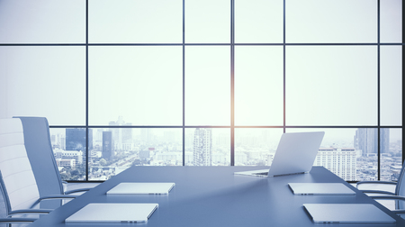 Moderna sala de reuniones ibterior con vista a la ciudad, mobiliario y equipamiento. Renderizado 3D Foto de archivo