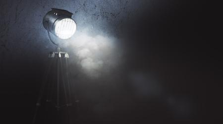 煙でコピー スペースを抽象的なグランジ壁に光るスポット ライトです。映画のコンセプトです。3 D Rendeirng