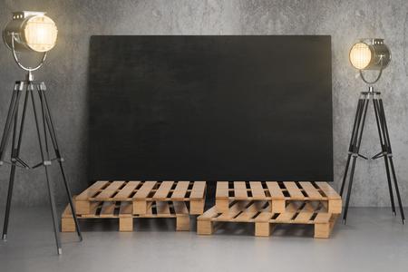 Concreet intertior met lege bordaffiche op houten stappen en professionele verlichtingsapparatuur. Fotostudio, galerij en beursconcept. Bespotten, 3D-rendering