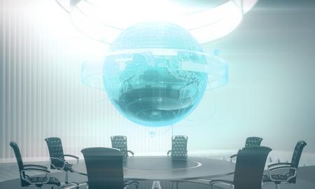 Abstracte vergaderzaal met gloeiend bedrijfsbolhologram boven conferentielijst. Wereldwijde business en hud concept. 3D-weergave