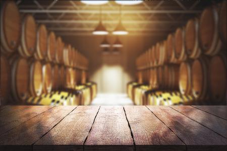 백그라운드에서 모호한 와인 배럴과 빈 나무 테이블 닫습니다. 와이너리와 음료 개념입니다. 3D 렌더링