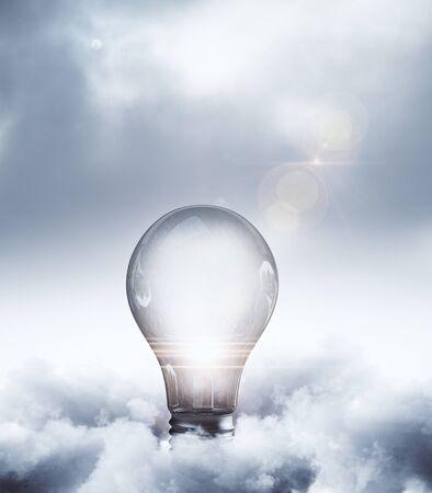 흐린 하늘 배경에 추상 빛나는 램프. 아이디어와 솔루션 개념. 3D 렌더링