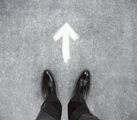 vue de dessus des pieds d & # 39 ; affaires sur le sol en béton avec la main. concept de l & # 39 ;