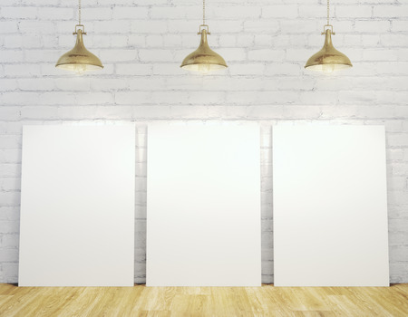 Modern interieur met lege banners verlicht met plafondlampen, witte bakstenen muur en houten vloer. Mock up, 3D-rendering Stockfoto