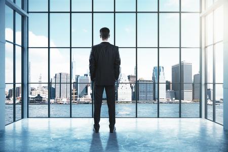Opinião traseira o homem de negócios novo que olha fora da janela no interior com opinião da cidade. Sucesso e pense o conceito. Renderização 3D Foto de archivo - 90103043