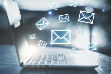 Zijaanzicht van laptop met e-mailinterface op onscherpe achtergrond. E-mail netwerkconcept