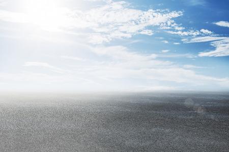 Streszczenie droga z pięknym widokiem na niebo. Koncepcja drogi i marzeń