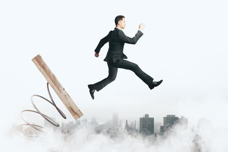 Image abstraite de l'homme d'affaires sur le mécanisme de démarrage. Fond de ciel nuageux. Esprit d'entreprise et concept de lancement Banque d'images - 92249298