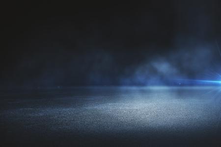 Kreatywnie rozmyty plenerowy asfaltowy tło z mgłą