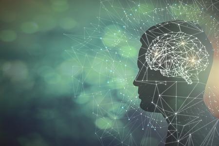Bemannen Sie Profilschattenbild mit abstraktem polygonalem Gehirn auf undeutlichem Hintergrund. Künstliche Intelligenz und Wissenschaftskonzept. 3D-Rendering Standard-Bild