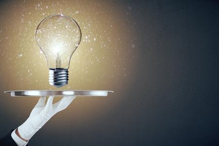 Hand hält Tablett mit glühenden Lampe . Idee und Leistungskonzept . 3D-Rendering Standard-Bild - 96459739