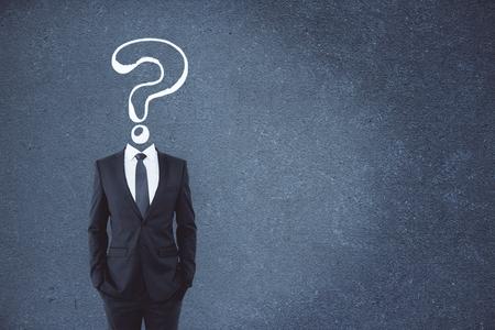 Lo schizzo del punto interrogativo ha diretto l'uomo d'affari su fondo concreto con lo spazio della copia. Concetto di confusione e domande frequenti
