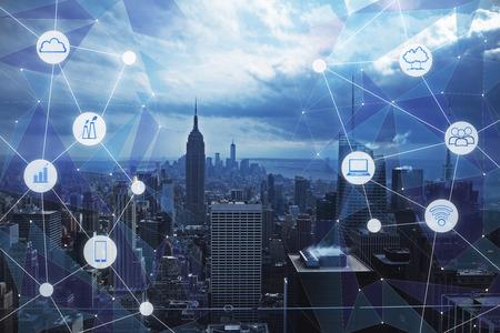 創造的なメディアインターフェイスを持つ現代の都市の背景。都市化と技術コンセプト。二重露光