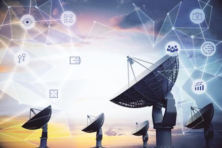 Grandes antenas parabólicas sobre fondo de cielo abstracto con patrón poligonal. Concepto de astronomía e innovación. Exposicion doble