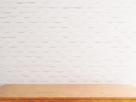 Mesa de madera vacía sobre fondo de pared de ladrillo blanco. Maqueta, renderizado 3D