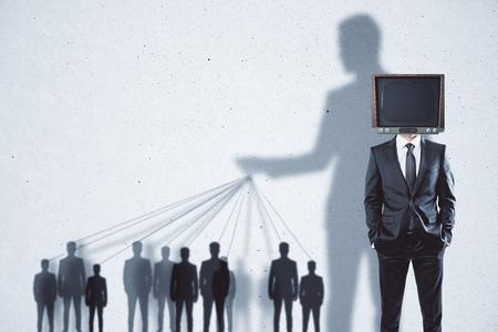 Manipolazione TV astratta e fondo di lavaggio del cervello con la gente e le ombre