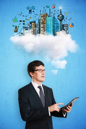 Homme d & # 39 ; affaires utilisant le téléphone portable sur fond bleu avec le concept abstrait et la main de la main. communication de communication Banque d'images - 98199830