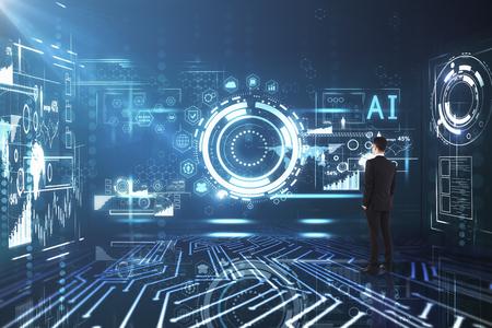 Vue arrière du jeune homme d'affaires debout dans l'intérieur de l'interface entreprise futuriste. Concept de lieu de travail et de finances. Rendu 3D