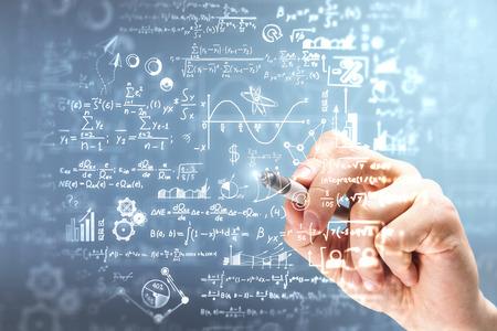 Mannenhand wiskundige formules schrijven op onscherpe achtergrond. Wetenschap en algebra concept. Dubbele blootstelling