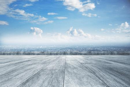 Suelo de hormigón creativo, hermosa vista de la ciudad y papel tapiz del cielo Foto de archivo