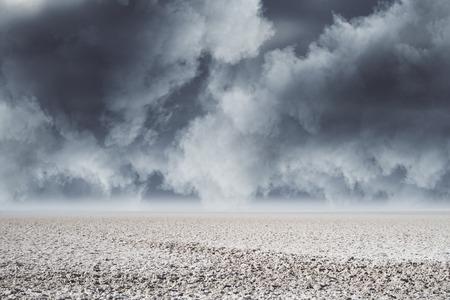 tempo nuvoloso nel deserto. Rendering 3D