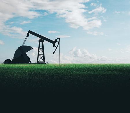Máquina de bombeo de aceite en campo. Concepto de minería y canteras Foto de archivo
