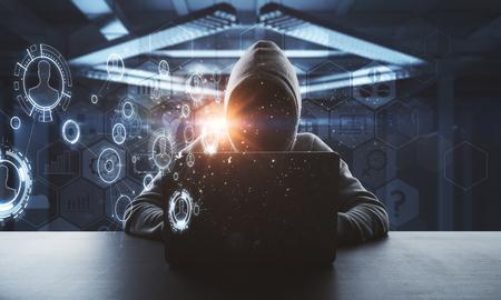 Kein Gesichtshacker, der am Laptop mit der digitalen Cyberspace-Schnittstelle der Technologie am abstrakten Hintergrund herum arbeitet Standard-Bild