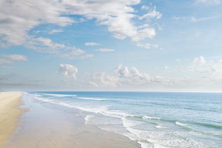 Kreativer Strandhintergrund. Ferien- und Resortkonzept