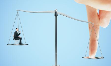 Punta la bilancia del concetto di giustizia. Dito illegale che influenza il sistema legale per un vantaggio ingiusto su sfondo blu. Rendering 3D Archivio Fotografico
