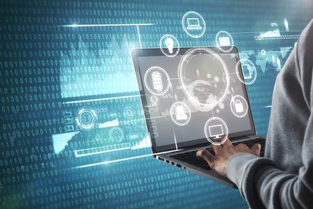ビジネスインターフェイスを備えたラップトップを使用してビジネスマンの手の側面図。未来とコンピューティングのコンセプト。二重露光