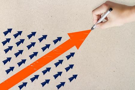 Strony rysunku strzałki na jasnym tle. Koncepcja przywództwa i rozwiązania