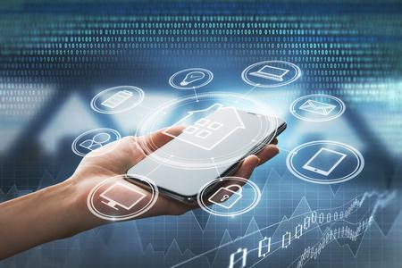 추상적 인 스마트 홈 인터페이스와 스마트 폰 들고 손입니다. 기술과 미래 개념. 이중 노출