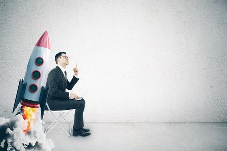 Zakenman met creatieve lanceringsraket. Opstarten en lanceren concept. 3D-weergave