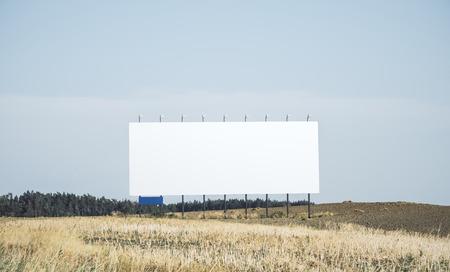 Empty white billbaord in field. Commercial concept. Mock up 免版税图像 - 107087847
