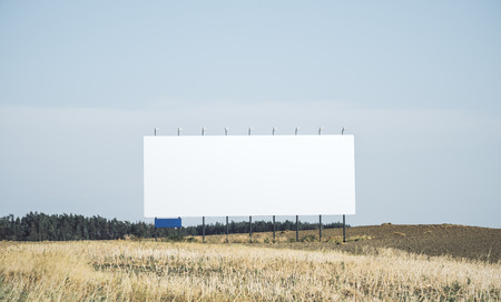 Pusty biały billbaord w polu. Koncepcja handlowa. Makieta Zdjęcie Seryjne