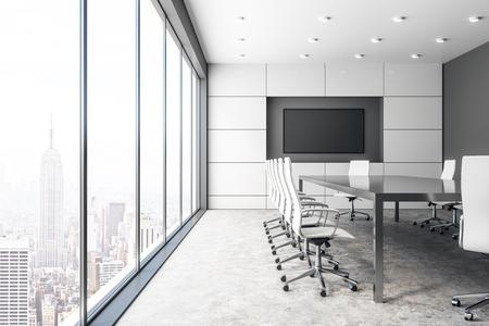 Intérieur de la salle de réunion en béton moderne avec panneau d'affichage vide et vue panoramique sur la ville avec la lumière du soleil. Maquette, rendu 3D Banque d'images