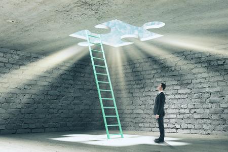 Homme d'affaires en prison de brique abstraite avec échelle et sortie de puzzle manquant avec la lumière du soleil. Concept de défi et de liberté. Rendu 3D