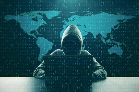 Hacker mit Computer am Schreibtisch mit Karte und Binärcode. Computing- und Hack-Konzept. Doppelbelichtung