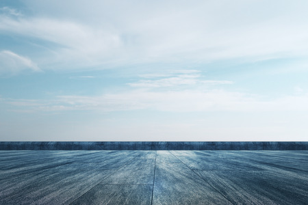 Tetto creativo con vista sul cielo e spazio di copia. Concetto di carta da parati