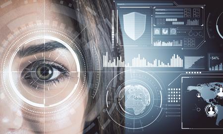 Cerca del rostro de mujer con interfaz de negocios digitales. Biometría y concepto futuro. Exposición doble