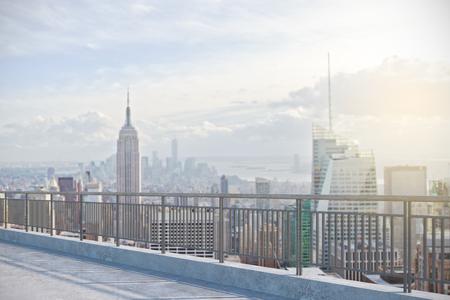 Moderne Dachterrasse mit Blick auf New York City. Lifestyle-Konzept