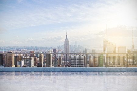 Moderne Dachterrasse mit Blick auf New York City. Lifestyle-Konzept Standard-Bild
