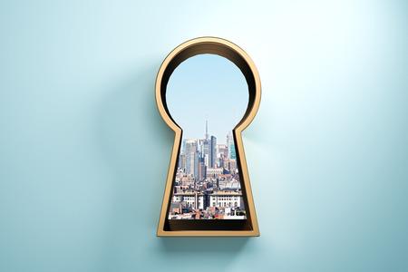Blauwe muur met gouden sleutelgat raam en uitzicht op de stad. Toegang en succes concept. 3D-rendering Stockfoto