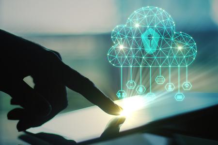 Zijaanzicht van verlichte hand met behulp van tablet met digitale veelhoekige wolk op onscherpe achtergrond. Cloud computing-concept