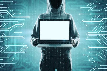 Pirata informatico che tiene computer portatile vuoto sul fondo del circuito digitale astratto. Concetto di malware e mockup di annunci