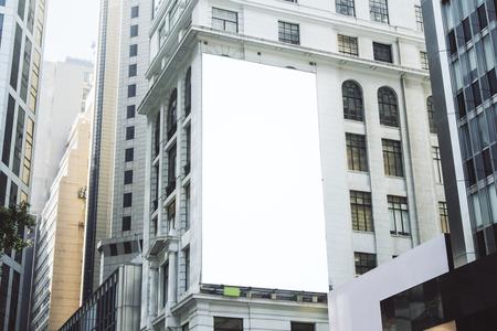 Manifesto bianco vuoto sulla costruzione della città. Annuncio pubblico e concetto commerciale. Modello