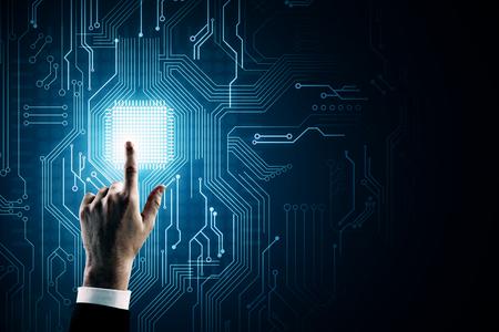 Main pointant sur l'arrière-plan du circuit créatif avec puce. Concept d'IA et de technologie Banque d'images