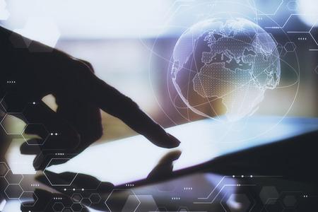 Vista laterale delle mani femminili retroilluminate utilizzando tablet con ologramma globo incandescente. Innovazione e concetto di intelligenza artificiale. Esposizione doppia